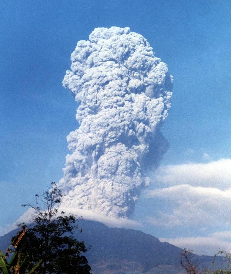 Letusan Gunung Papandayan 2002: Garut Rawan Bencana Alam (via http://www.vsi.esdm.go.id)
