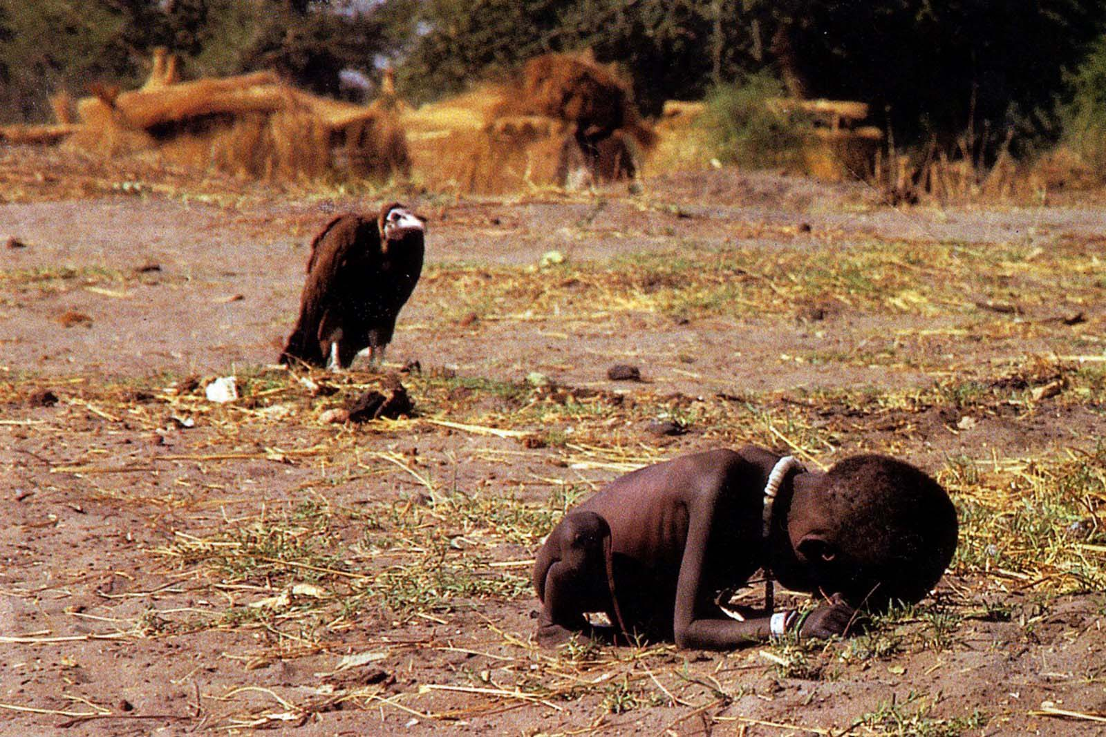 The vulture and the little girl - Kevin Carter, 1993. Tidak Adil? (source: http://rarehistoricalphotos.com/vulture-little-girl/)