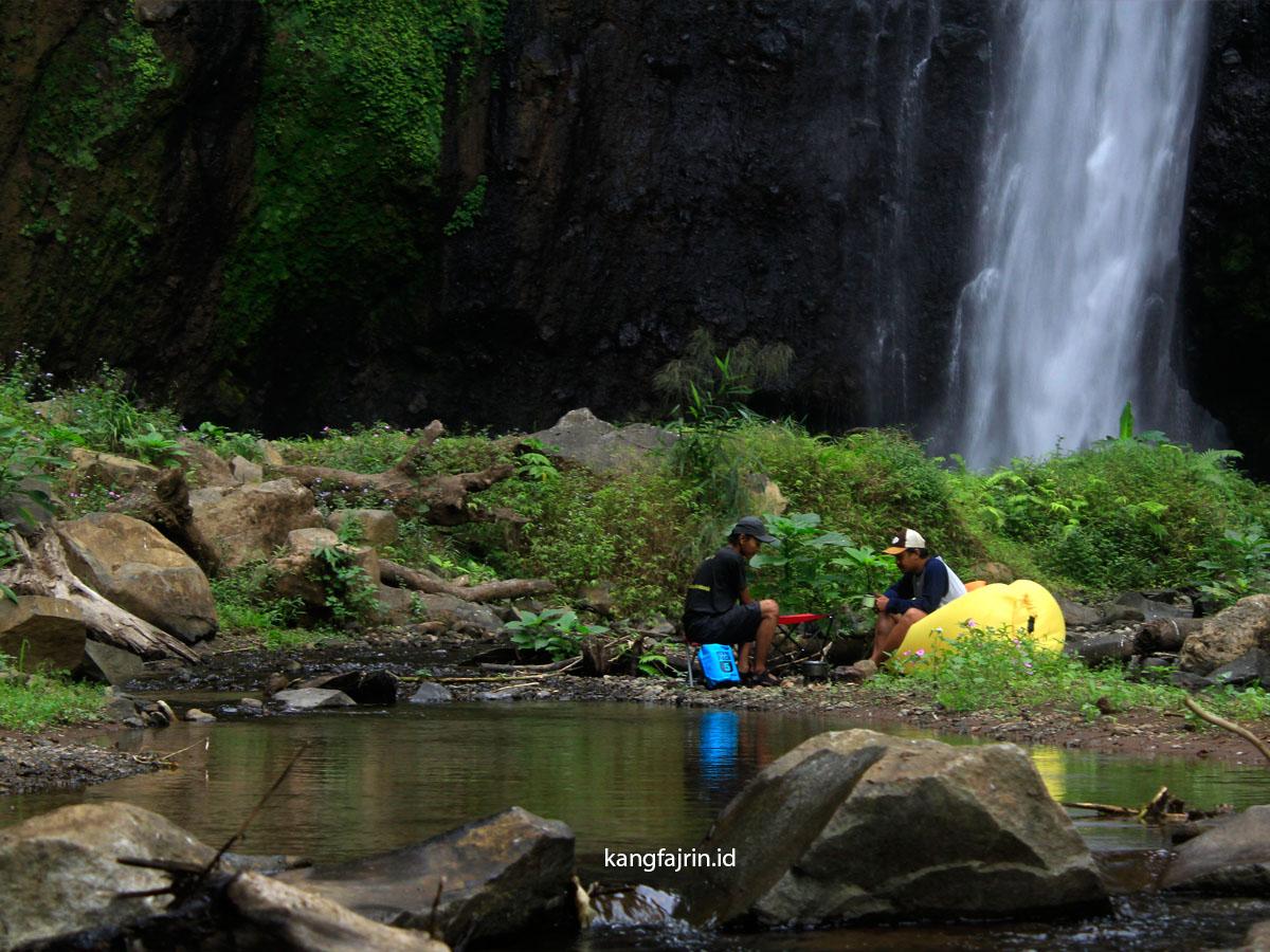 Menikmati suasana Curug Ciarjuna, Desa Panawa, Kecamatan Pamulihan, Garut